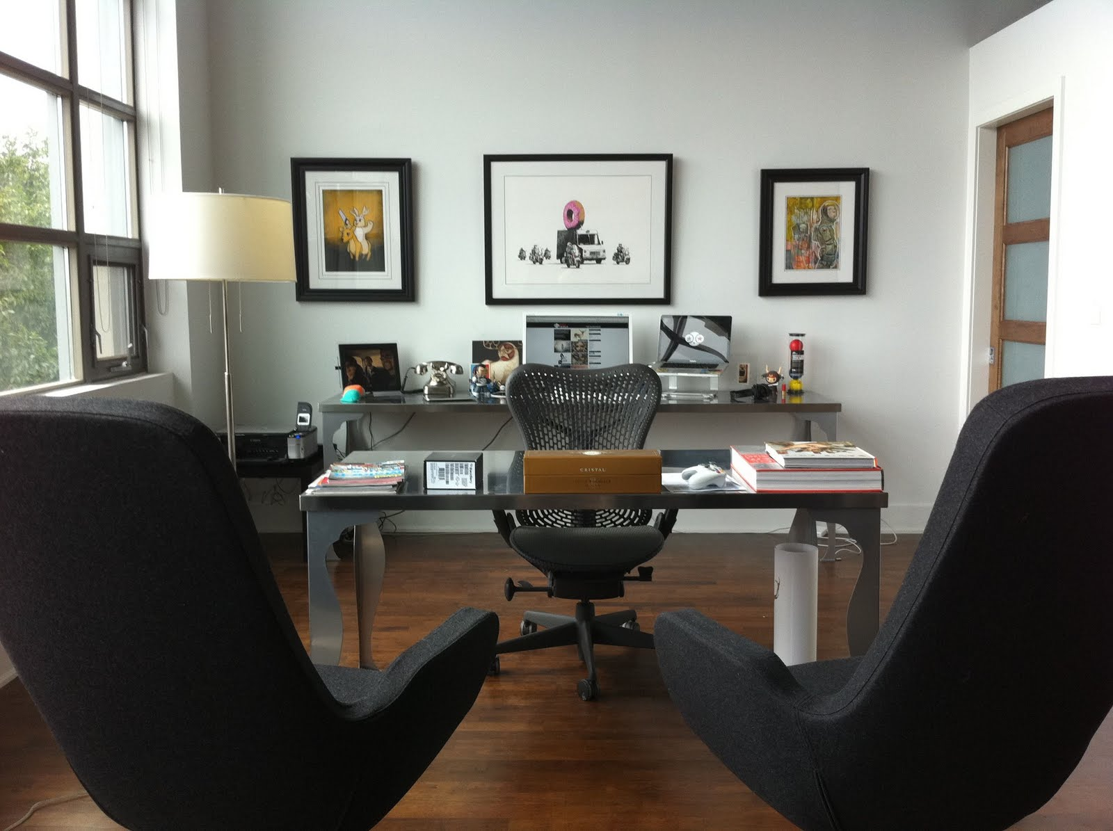 Nice-Modern-Home-Office-With-Black-Guest-Chair-And-Photos-On-The-Wall-For-Creative-Home-Office-Design-For-Your-Imaginations